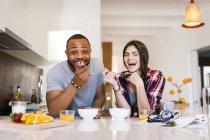 Portrait de jeune couple rire dans cuisine — Photo de stock