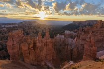 USA, Utah, du Parc National de Bryce Canyon, Thors marteau en amphithéâtre au lever du soleil — Photo de stock