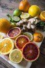 Крупним планом подання нарізаний цитрусових з корінь імбиру — стокове фото