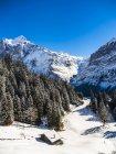 Зимний пейзаж с Лыжный домик — стоковое фото