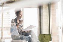 Mulher trabalhando no escritório com computador transparente — Fotografia de Stock