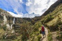 Perú, Andes, Cordillera Blanca, Parque Nacional Huascaran, turista en ruta de senderismo con vista al Nevado Chacraraju - foto de stock