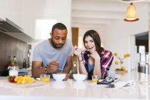 Porträt des jungen Paares in Küche Essen — Stockfoto