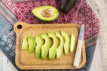 Avocado affettato fresco sul tagliere — Foto stock