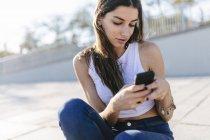 Обрезанное Портрет молодой женщины с помощью смартфона — стоковое фото