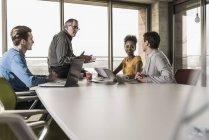 Incontro d'affari in ufficio moderno con colleghi multirazziali — Foto stock