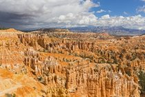 USA, Vereinigte Staaten von Amerika, utah, bryce canyon nationalpark, colorado plateau, paunsaugunt plateau, blick vom rand weg zu den felspyramiden oder hoodoos im amphitheater — Stockfoto