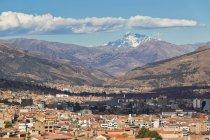 Perù, Ande, vista montagne e paesaggio urbano di Cusco da sopra — Foto stock