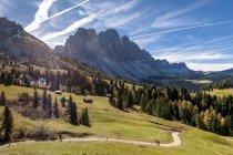 Itália, Tirol do Sul, vale de Villnoess e de montanhas — Fotografia de Stock