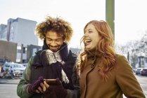 Щасливі молода пара в зимовий одяг ходьба на відкритому повітрі — стокове фото