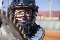 Weibliche Catcher bereit, den Ball zu fangen, während ein Baseball-Spiel — Stockfoto
