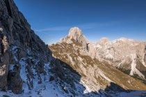 Vista de picos de montanhas com neve durante o dia — Fotografia de Stock