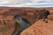 EUA, Estados Unidos da América, Arizona, homem tiro principais da paisagem com câmera — Fotografia de Stock