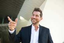 Retrato de empresário confiante ao ar livre apontando com o dedo — Fotografia de Stock