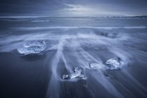 Islanda, Jokulsarlon, ghiaccio glaciale sulla spiaggia all'ora blu — Foto stock