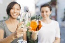 Nahaufnahme von zwei jungen Frauen Toasten mit cocktails — Stockfoto