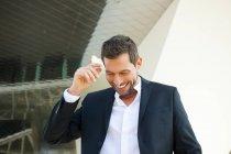 Empresário sorridente confiante em pé ao ar livre — Fotografia de Stock