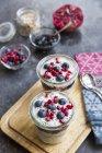 Iogurte fresco com mirtilos e sementes de chia — Fotografia de Stock