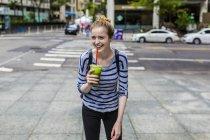 Портрет молодої жінки холдингу зелений льстец — стокове фото