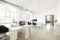 Interieur eines modernen Agenturbüros mit Möbeln — Stockfoto