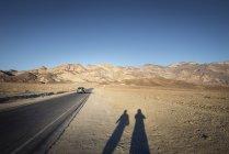 USA, Californie, vallée de la mort, en voiture de l'artiste au coucher du soleil — Photo de stock