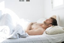 Mann im Bett — Stockfoto