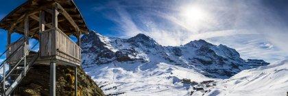 Paysage hivernal avec cabane de ski — Photo de stock