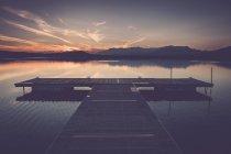 Itália, Lago Viverone, cais de banho ao pôr do sol — Fotografia de Stock