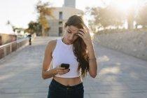 Retrato de mujer joven usando Smartphone - foto de stock