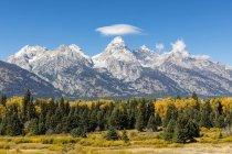 USA-États-Unis d'Amérique, dans le Wyoming, montagnes Rocheuses, chaîne Teton, Parc National Grand Teton, Snake River, Nez Perce Peak, Middle Teton, Grand Teton, Mont Owen et Teewinot montagne — Photo de stock