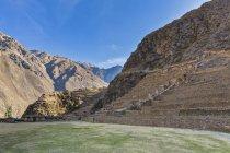 Landsacpe de montanhas cênicas com ruínas antigas na região de Cusco, Provinz Urubamba, Urubamba Tal, Peru, América do Sul — Fotografia de Stock