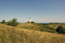 Німеччина, Hiddensee, Dornbusch, сільських ландшафтів і маяк на тлі — стокове фото