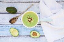 Огуречный суп с авокадо, украшенный капустой — стоковое фото