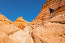 США, Арізона, сторінки, каньйоні хлопці, Vermillion скель пустелі, Койот БЮТ, червоний кам'яних пірамід та buttes, людина беручи малюнок — стокове фото