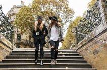 París, Francia, mujeres turísticas caminando abajo en una estación de metro - foto de stock