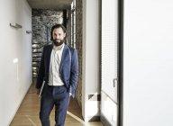 Empresário em pé no escritório moderno — Fotografia de Stock