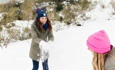 Asturias, España, dos amigos que se divierten en la nieve - foto de stock