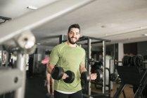 Sportlichen kaukasischen Mann Training Bizeps im Fitness-Studio — Stockfoto
