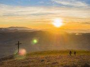 Itália, Úmbria, Gubbio, Dois meninos caminhando ao pôr do sol — Fotografia de Stock