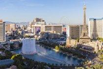 Estados Unidos fuentes del Hotel Bellagio, Paris Las Vegas con la Torre Eiffel - foto de stock