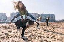 Jeunes femmes de Gijn, Asturias, Espagne, s'amuser sur la plage de sable dans la ville — Photo de stock