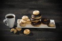 Vista elevata di ciambelle accatastate e tazza di caffè — Foto stock