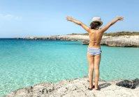 Talaier beach, Ilhas Baleares, Espanha, relaxou a menina em uma idílica praia — Fotografia de Stock