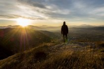 Itália, Umbria, Gubbio, Man watching sunrise on Sibillini mountain range — Fotografia de Stock
