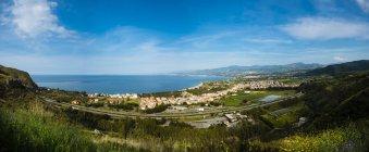 Paisagem cênica com vista cidade costeira, Sicilia, Itália — Fotografia de Stock