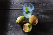 Вся і нарізаний тигр лимони і склянку наполягають води — стокове фото