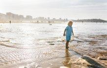 Ребенок играет на пляже, Гейн, Астурия, Испания — стоковое фото