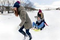 Астурія, Іспанія, троє друзів веселяться на снігу — стокове фото