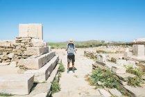 Delos, Mykonos, Grécia. Turista olhando para o mapa em A ilha de Delos, um dos mais importantes sítios mitológicos, históricos e arqueológicos da Grécia . — Fotografia de Stock