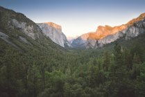 EUA, Califórnia, Parque Nacional de Yosemite, cordilheira ao pôr-do-sol — Fotografia de Stock